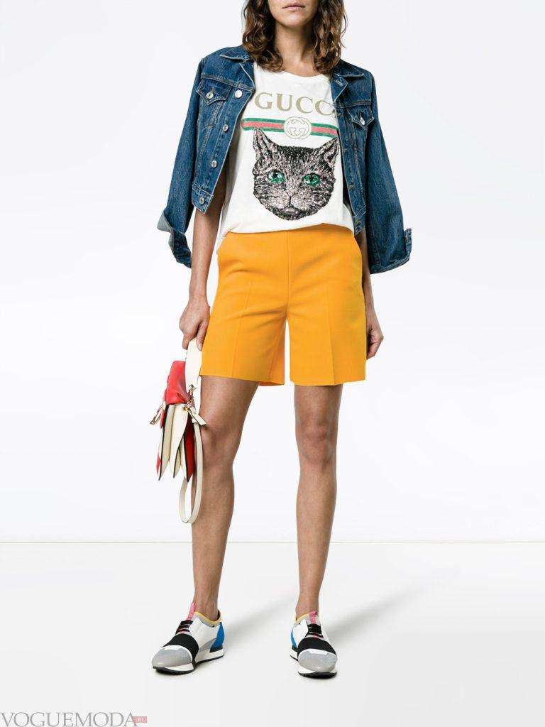 Модные цвета весна лето 2020: желтые шорты и белая футболка с рисунком