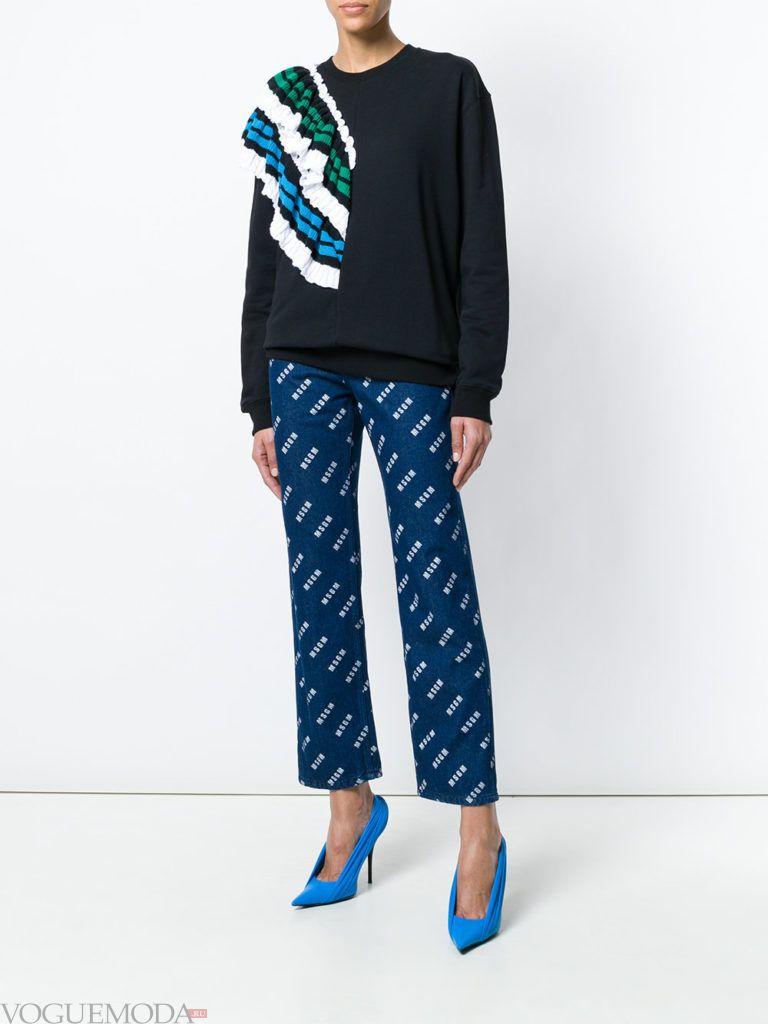Модные цвета весна лето 2020: черный свитшот с декором и синие брюки с принтом