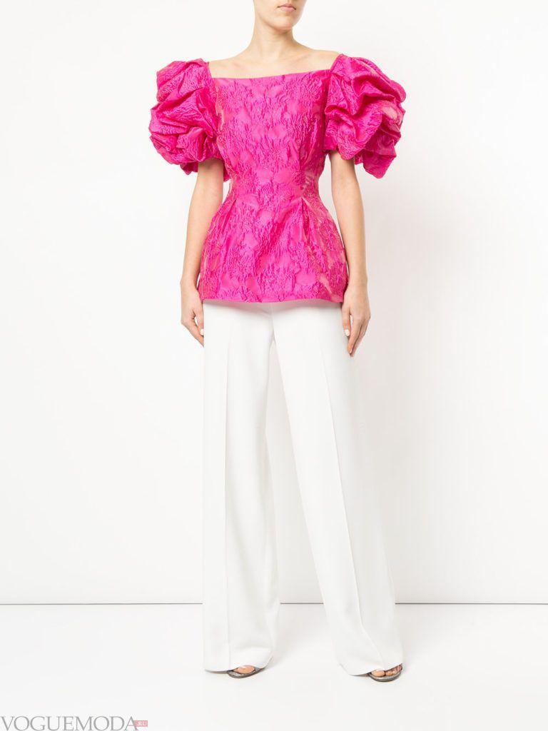Модные цвета весна лето 2020: белые брюки и розовая блузка