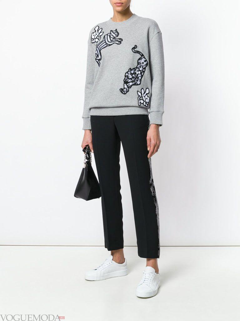 Модные цвета весна лето 2020: серый свитшот и черные брюки