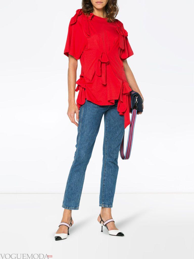 Модные цвета весна лето 2020: красная блузка и синие джинсы