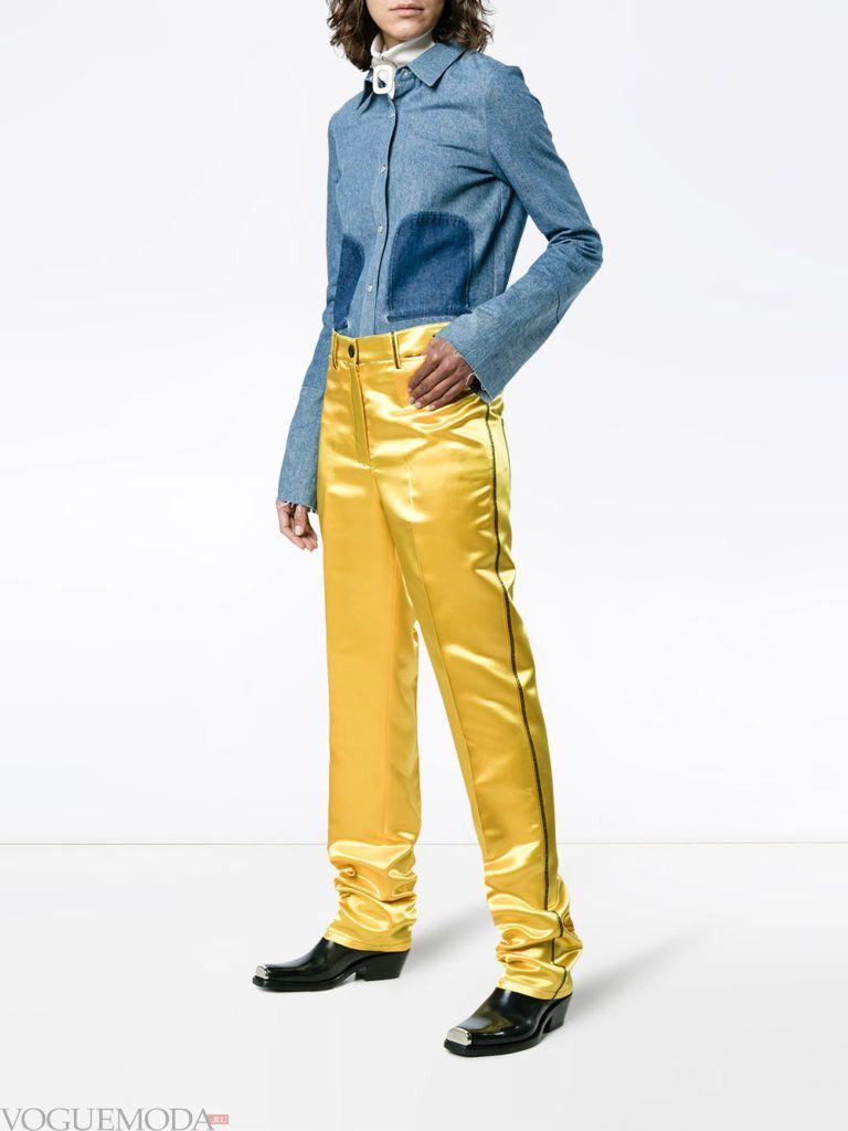 Модные цвета весна лето 2020: желтые брюки с лампасами и синяя блузка