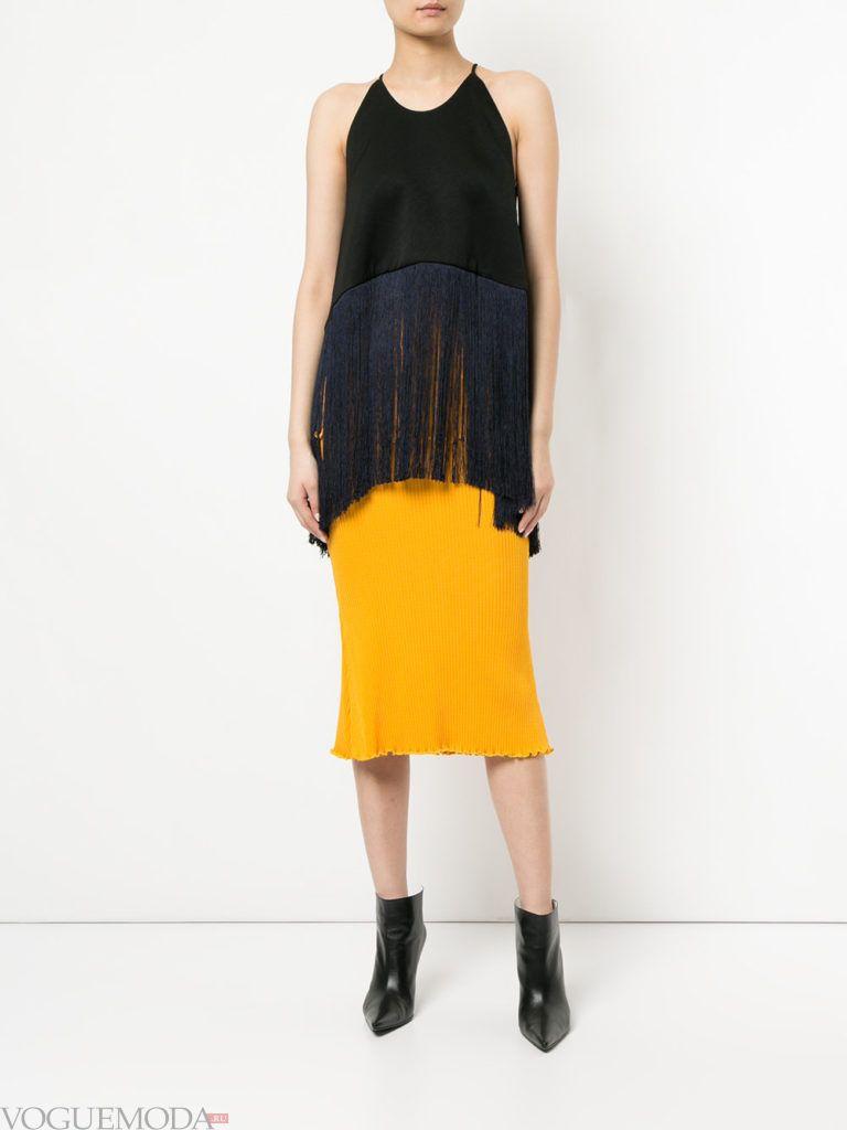 Модные цвета весна лето 2020 года: желтая юбка и черный топ