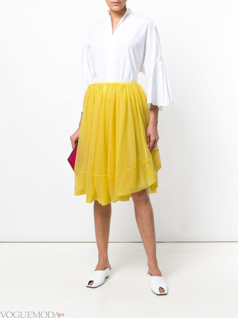 Модные цвета весна лето 2020 года: желтая юбка клеш и белая блузка