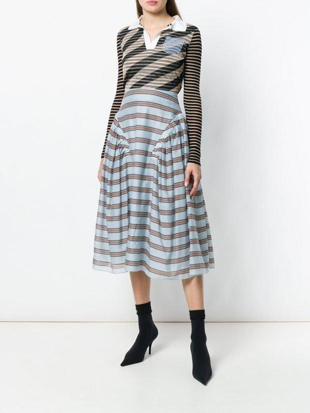 Модные цвета весна лето 2021 года: голубая юбка в полоску и полосатая блузка