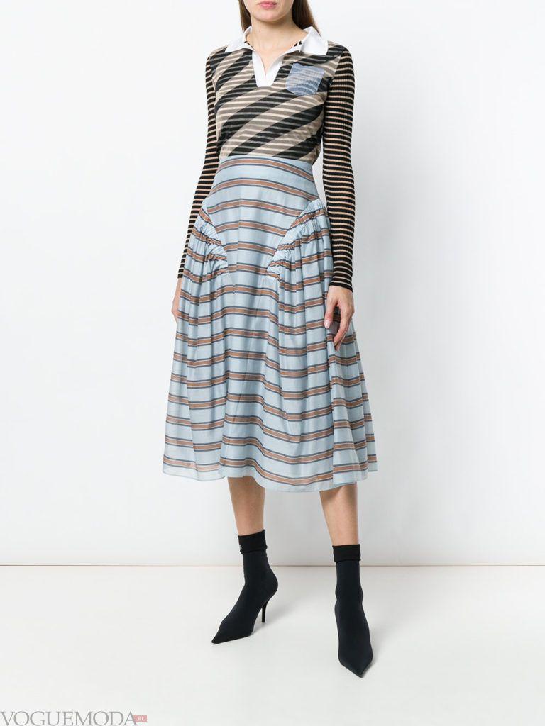 Модные цвета весна лето 2020 года: голубая юбка в полоску и полосатая блузка