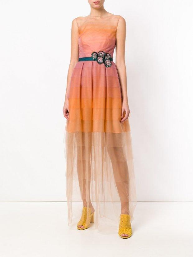 Модные цвета весна лето 2021 года: оранжевое прозрачное платье макси
