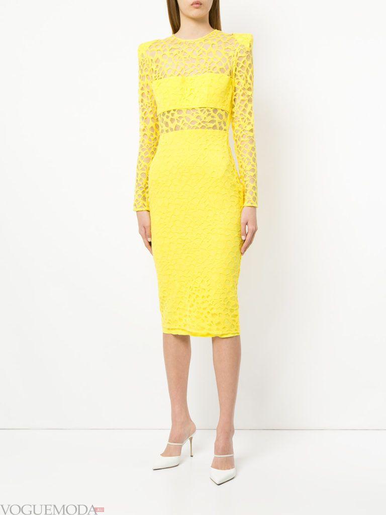 Модные цвета весна лето 2020 года: желтое кружевное платье футляр