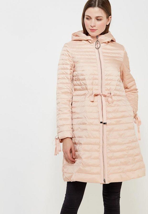 пудровое болоньевое пальто с капюшоном