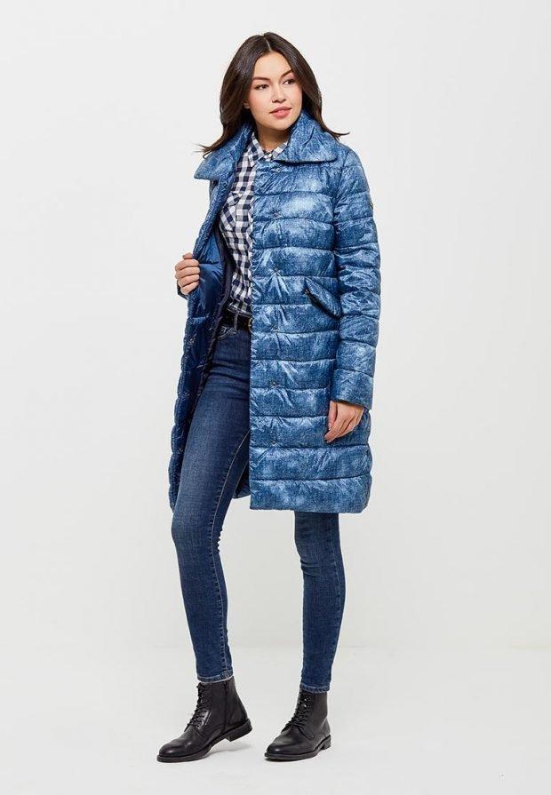 синее болоньевое пальто с принтом