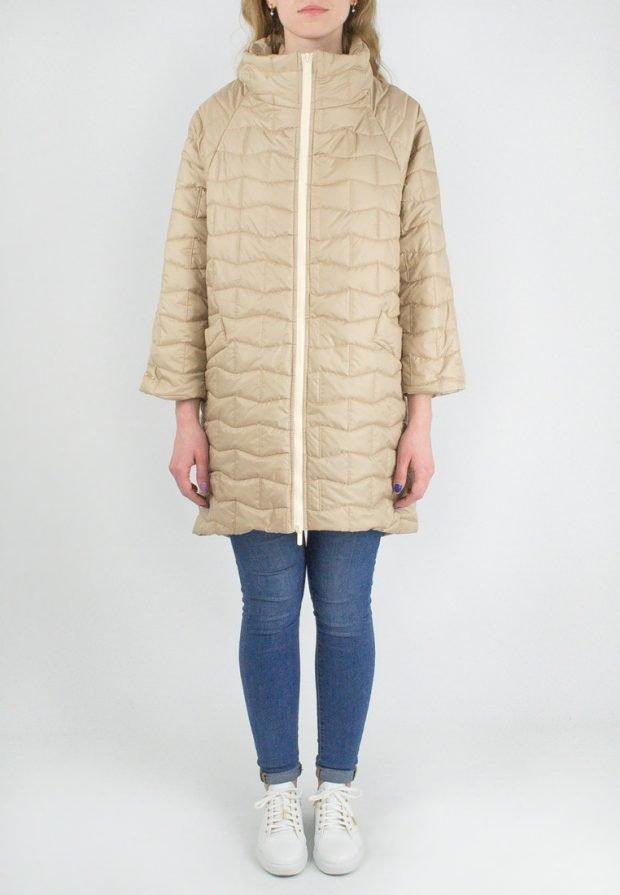 бежевое болоньевое пальто с укороченными рукавами