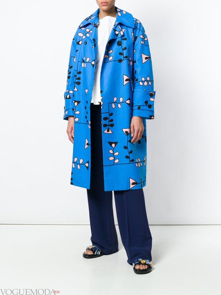 голубое пальто с принтом весна