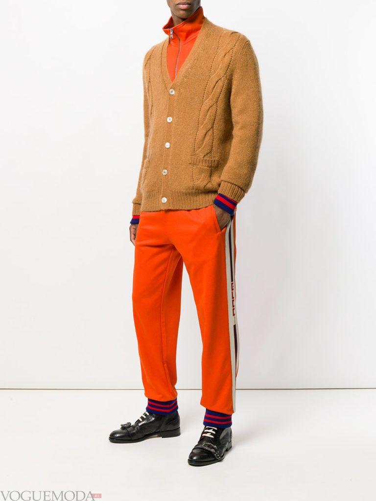 коричневый мужской кардиган со спортивными штанами