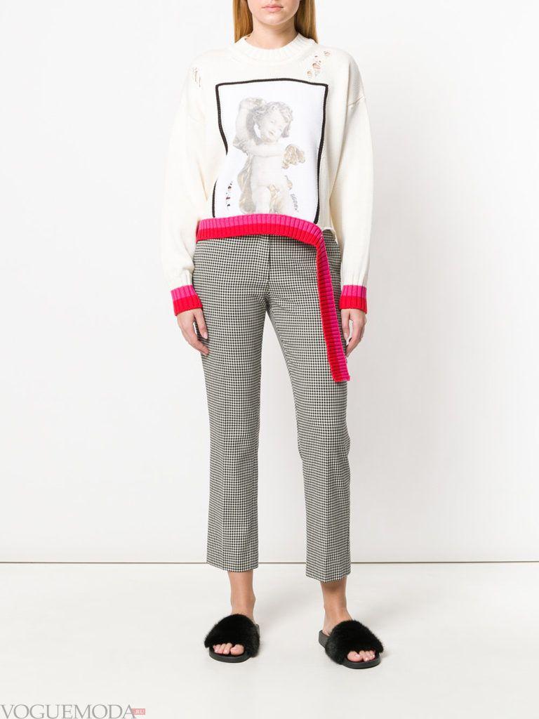 белый свитер кардиган с декором и брюки