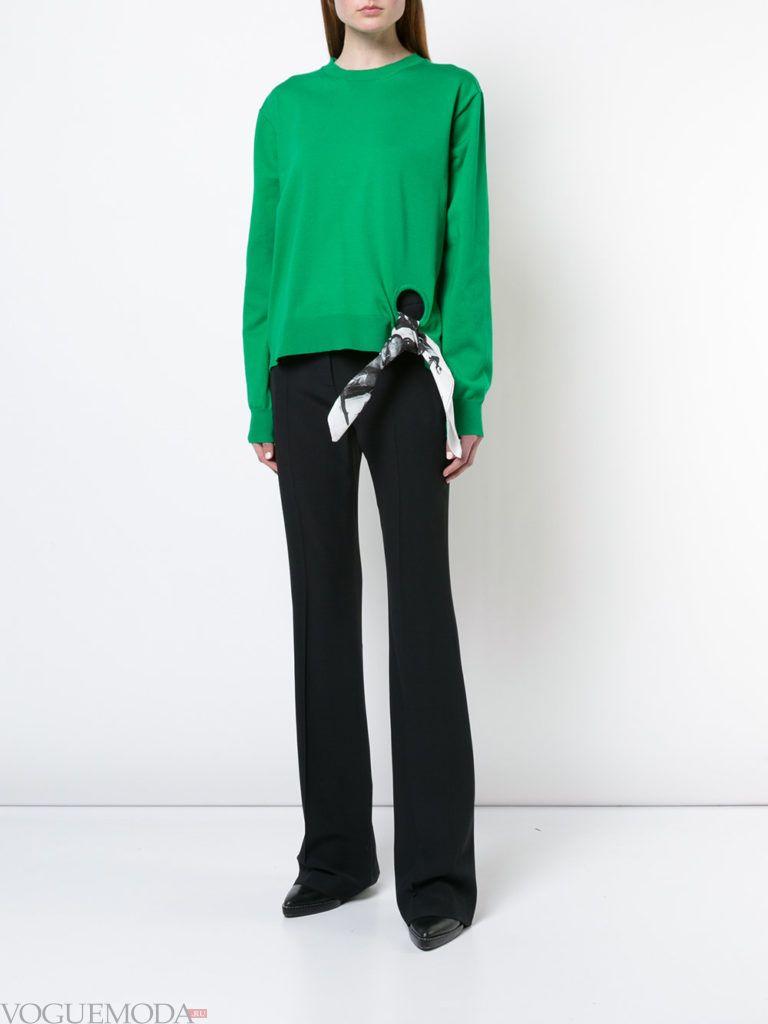 зеленый свитер кардиган с декором и черные брюки