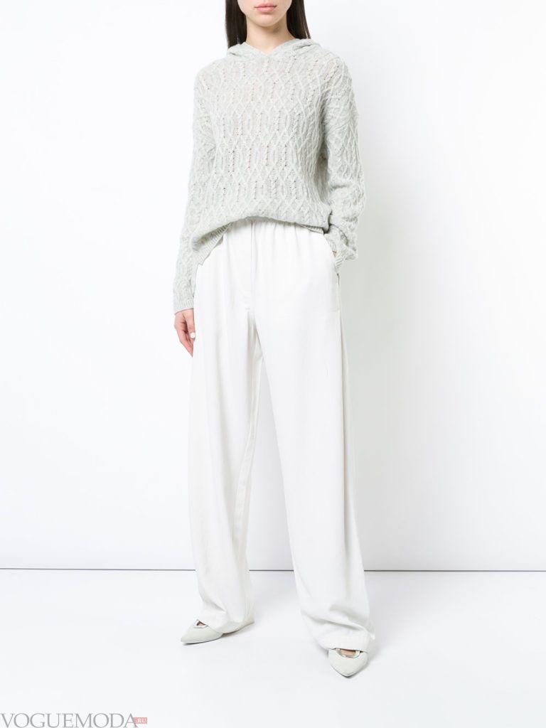 серый свитер кардиган и широкие брюки