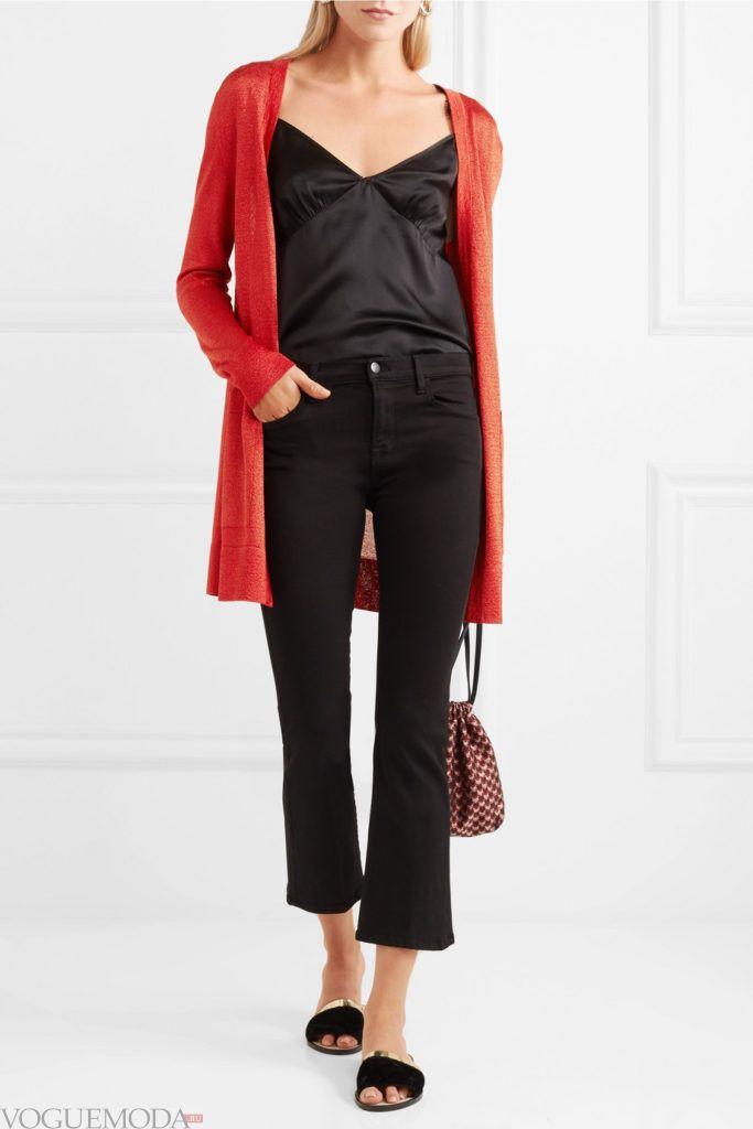длинный красный кардиган и черные джинсы