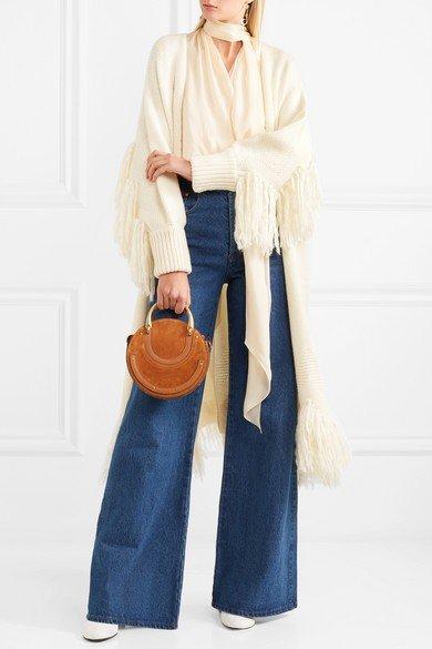 длинный молочный кардиган с бахромой и широкие джинсы
