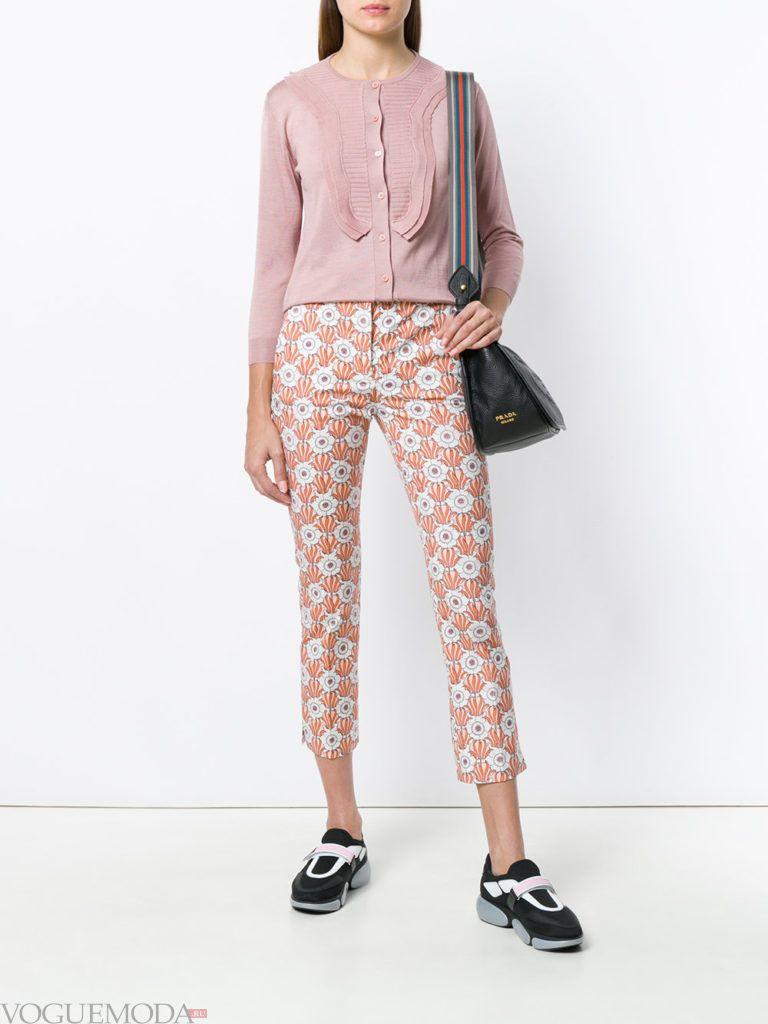 розовый летний кардиган с рюшами и брюки с принтом