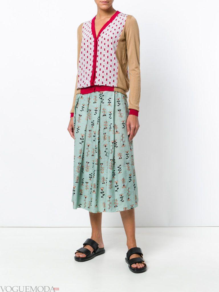 бежевый летний кардиган с декором и юбка плиссе
