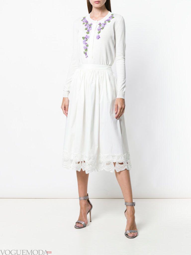 белый летний кардиган с декором и юбка миди