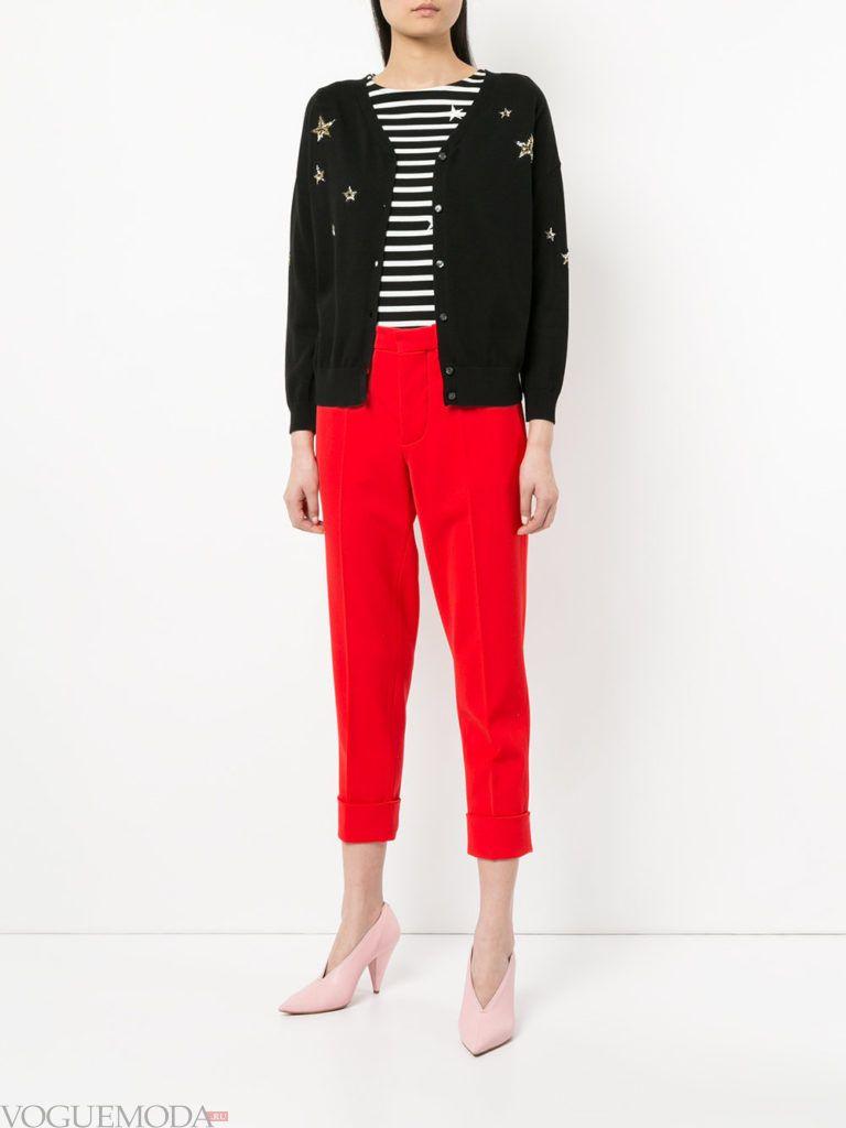 осенний черный кардиган с декором и красные брюки