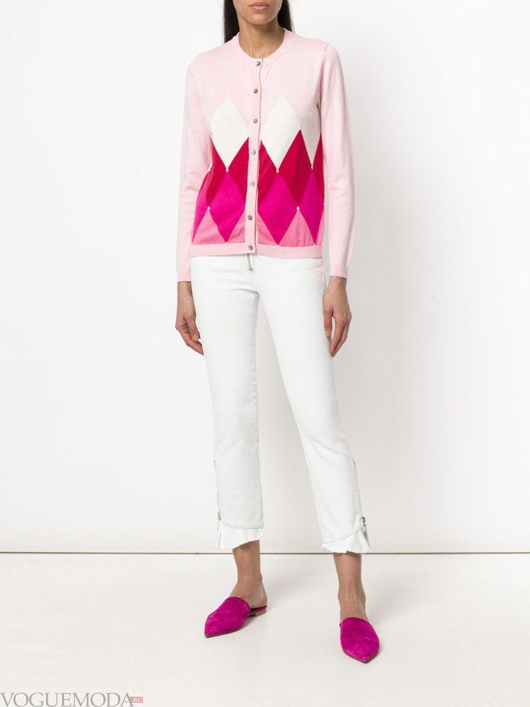 белый осенний кардиган с геометрическим принтом и белые брюки