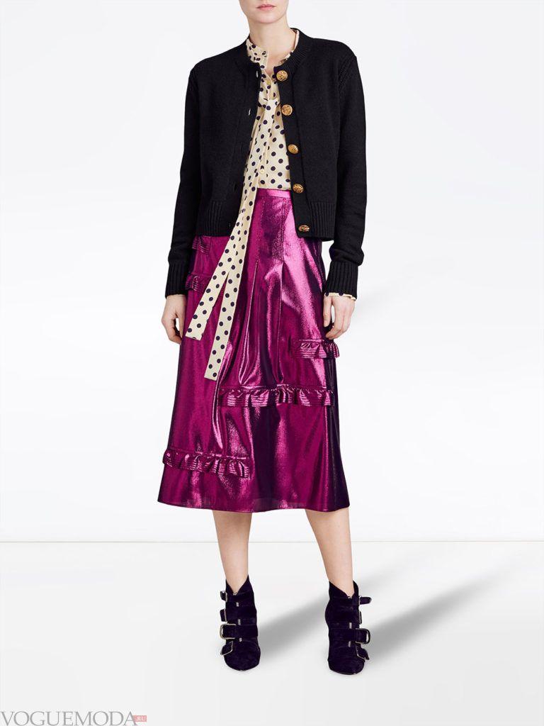 зимний черный кардиган и блестящая юбка миди