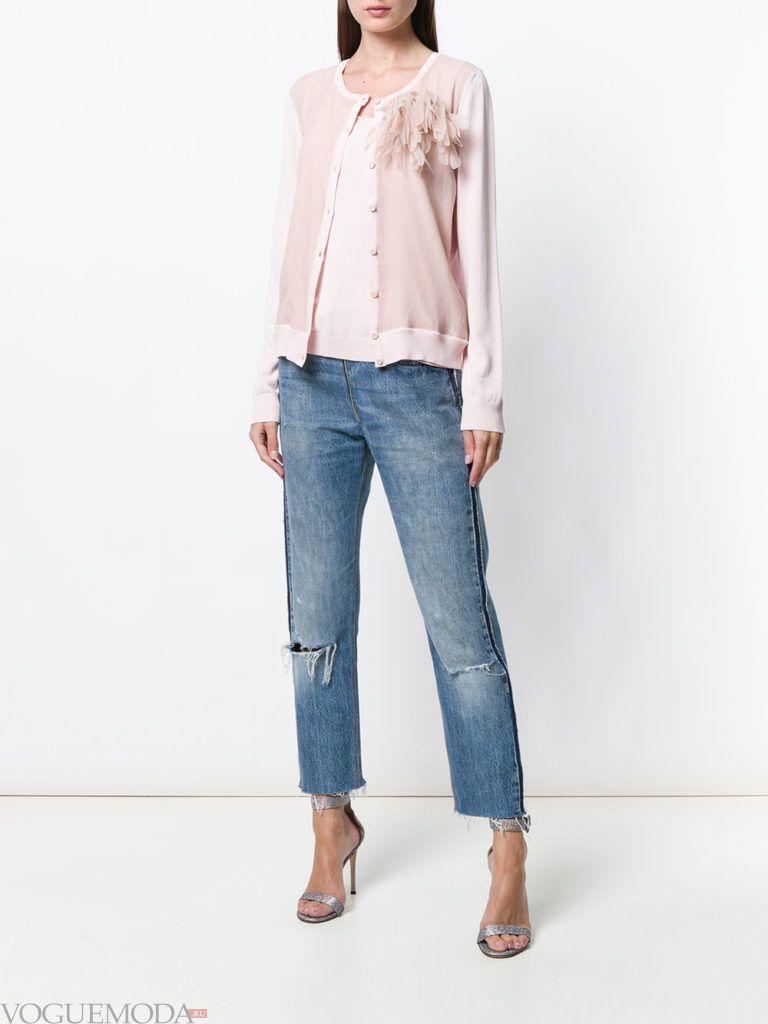 розовый весенний кардиган с декором и джинсы