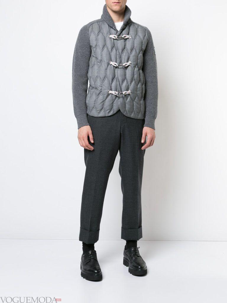 мужской серый кардиган на застежках с серыми брюками