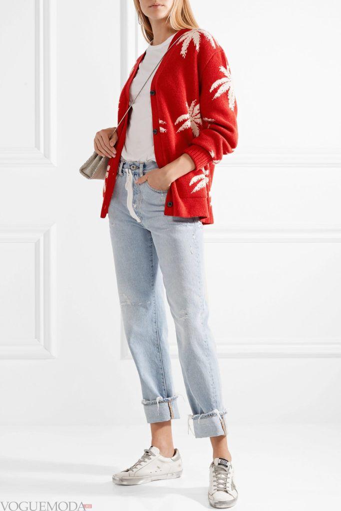 молодежный красный кардиган с принтом и джинсы