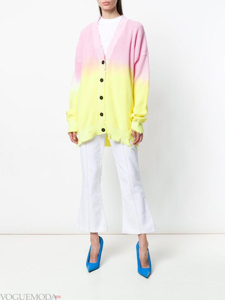 двухцветный молодежный кардиган и белые брюки