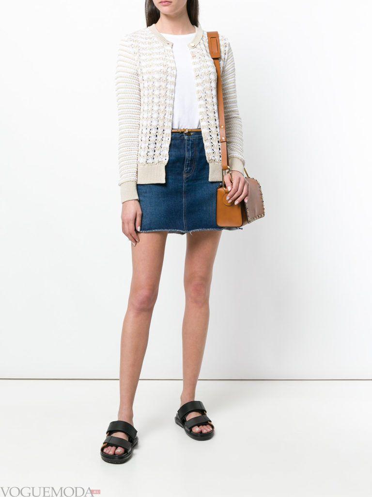 вязаный двухцветный кардиган и джинсовая юбка