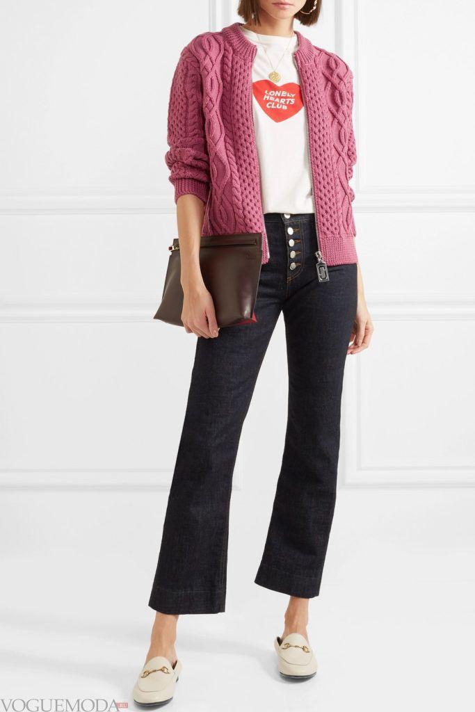 вязаный розовый кардиган на молнии и джинсы клеш