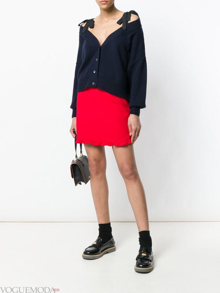 кардиган с открытыми плечами и мини юбка