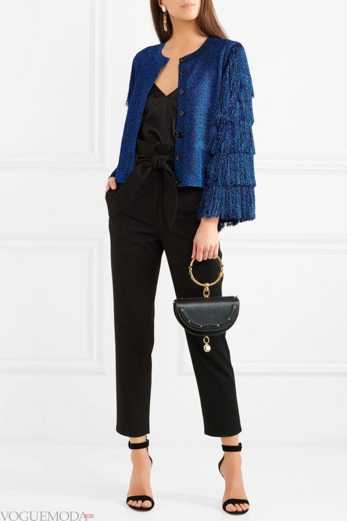 синий кардиган с бахромой и черные брюки
