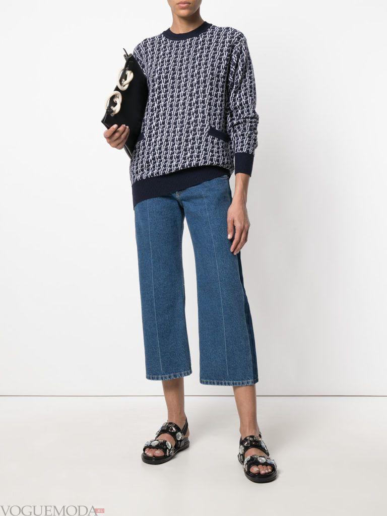 свитер кардиган с принтом и карманами и джинсы клеш