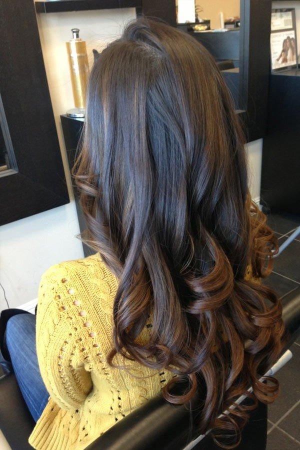 шоколадный балаяж на темные волнистые волосы