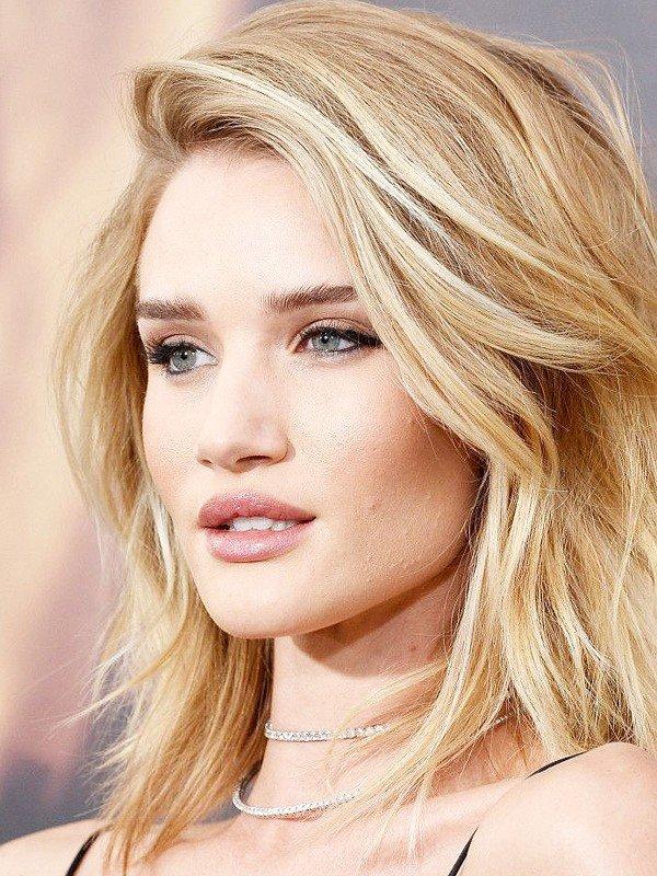 женская стрижка «с рваными прядями» цвета блонд