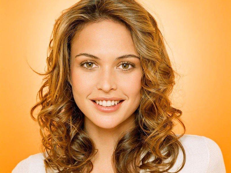 женская стрижка «Каскад» на кудрявых волосах