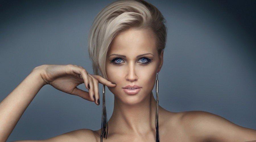 короткая стрижка с длинной косой челкой цвета блонд