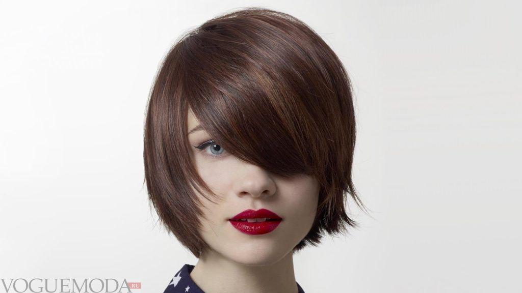 короткая стрижка с длинной косой челкой для русых волос