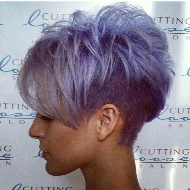 стрижка с короткими висками и длинной челкой фиолетового цвета