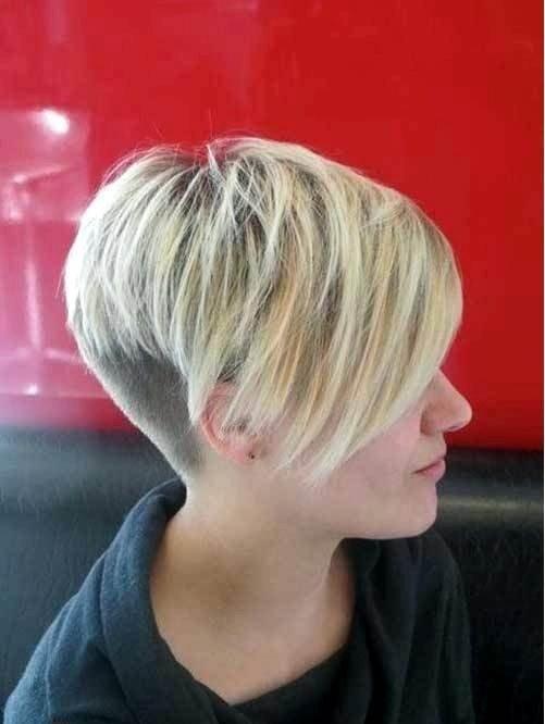 стрижка с короткими висками и длинной челкой цвета блонд