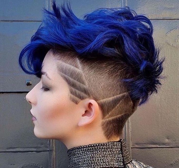 стрижка с длинной челкой и коротким затылком синего цвета
