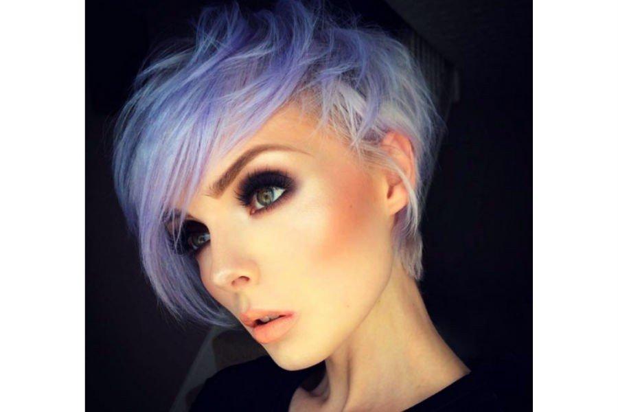 короткая стрижка с длинной косой челкой фиолетового цвета