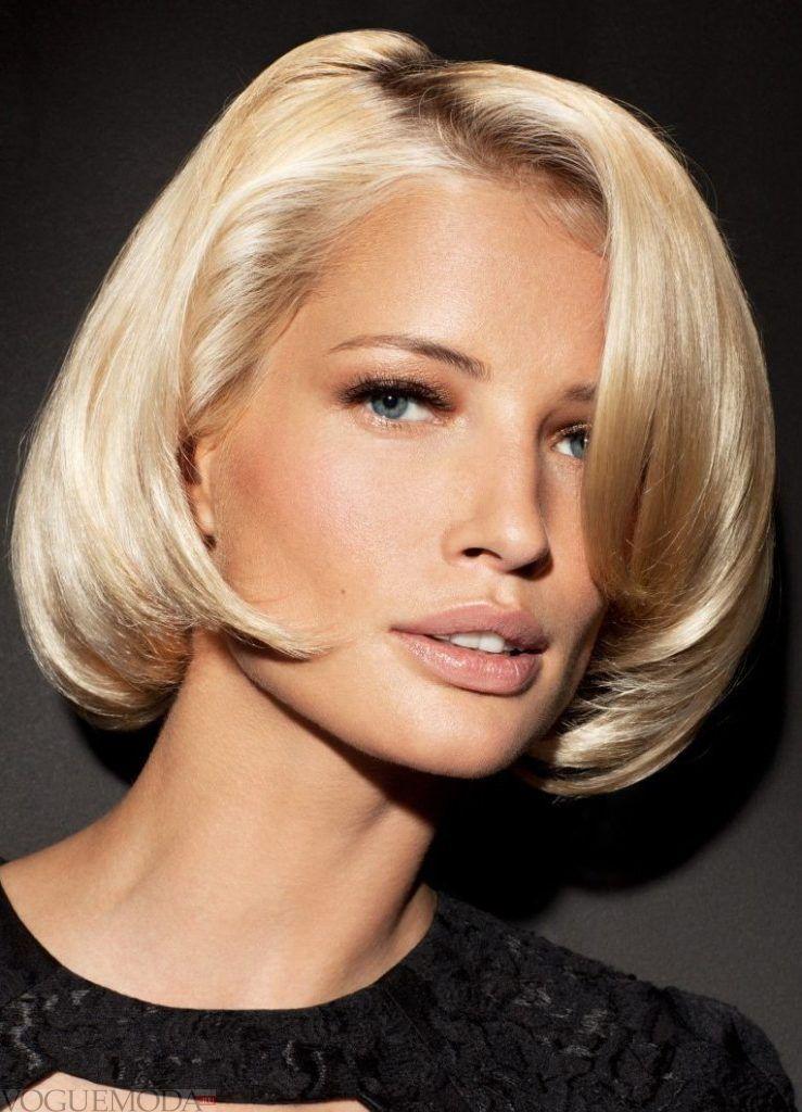 короткая стрижка с длинной челкой на бок для блондинок
