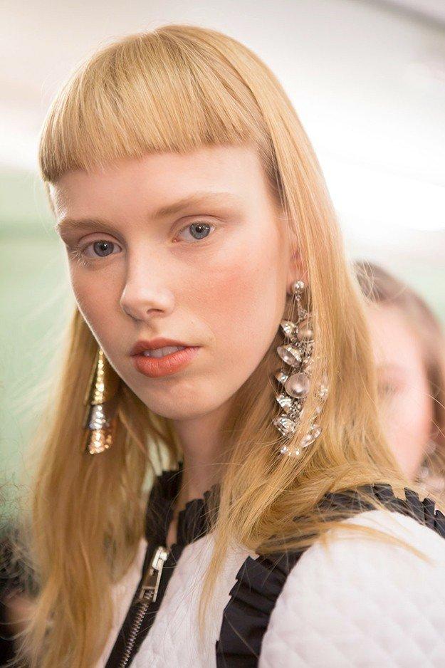 длинные светлые волосы с короткой челкой