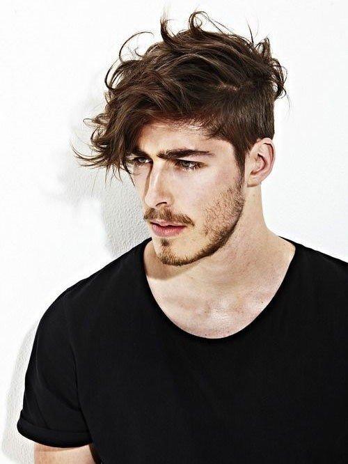 мужская стрижка с длинной челкой для волнистых волос