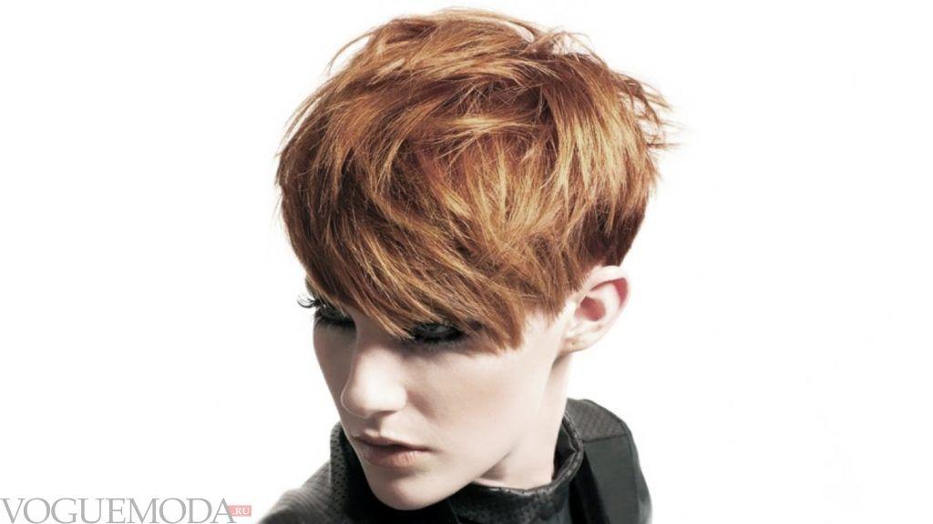 короткая стрижка с длинной косой челкой для рыжих волос